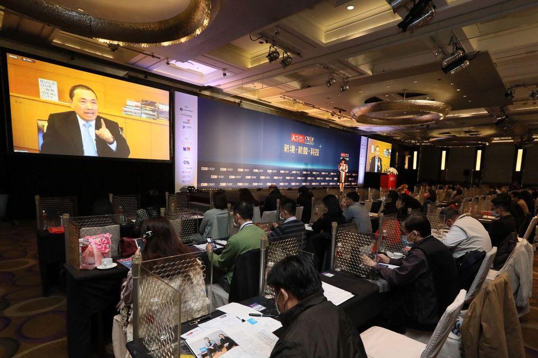 新北市長侯友宜(左),新聞評論員陳鳳馨(右)於2021天下經濟論壇現場對談  天...