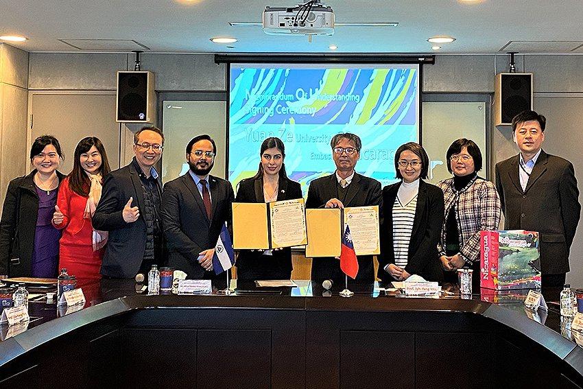 尼加拉瓜駐台大使李蜜娜(左五)與元智大學校長吳志揚(左六)代表雙方簽屬合作備忘錄...
