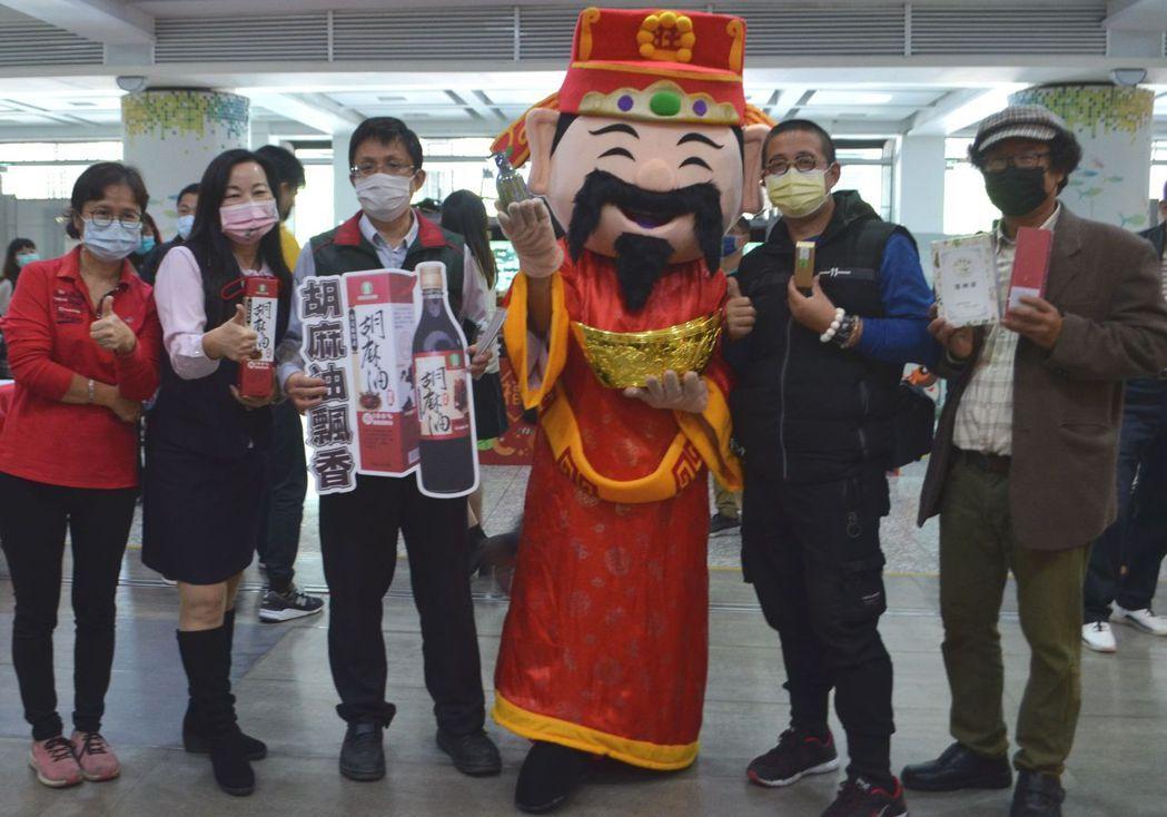 農業局主秘吳威達(左三)推介安定區農會胡麻油產品。  陳慧明/攝影