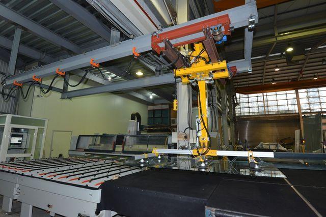 坤溢企業公司推出半自動玻璃真空搬運機,助產線大幅提升生產效率。 坤溢/提供