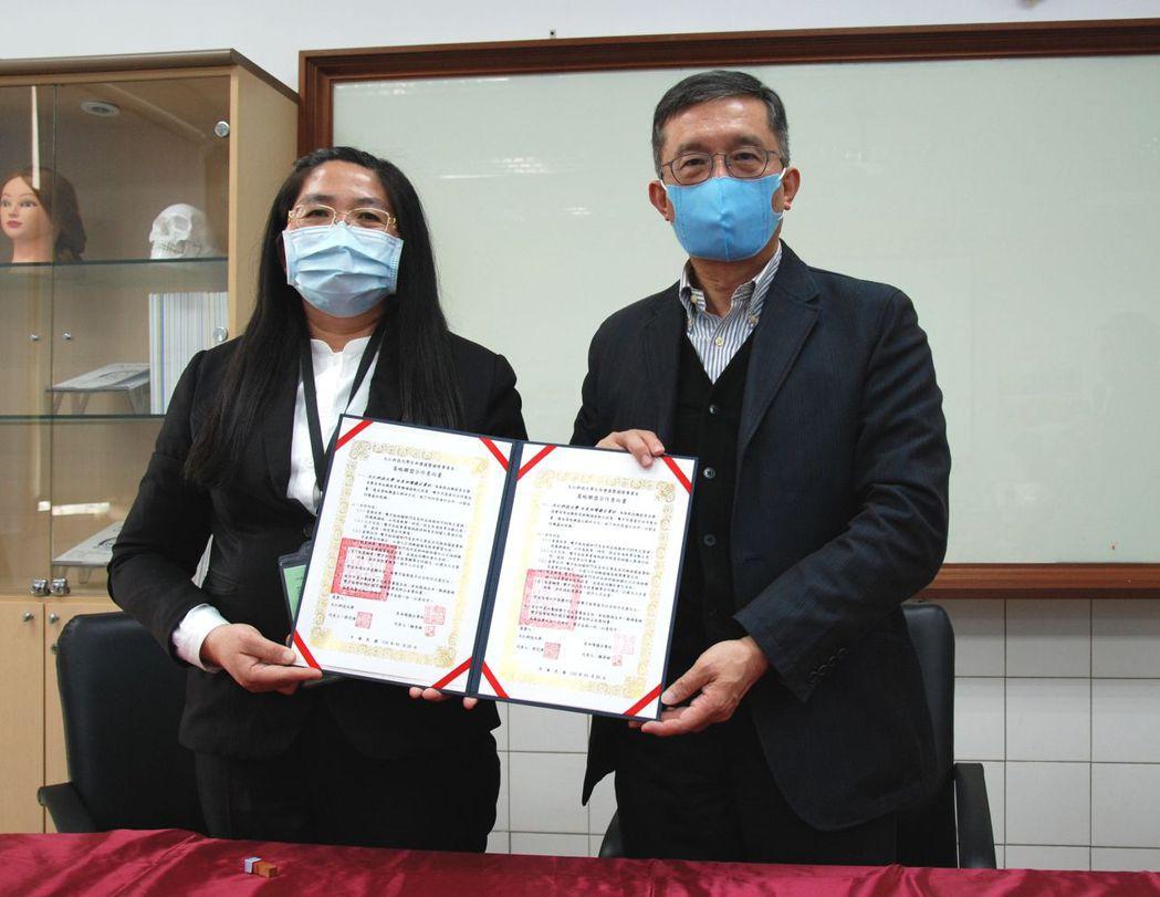 廠商代表與大仁科大校長郭代璜(右)合影。 楊鎮州/攝影