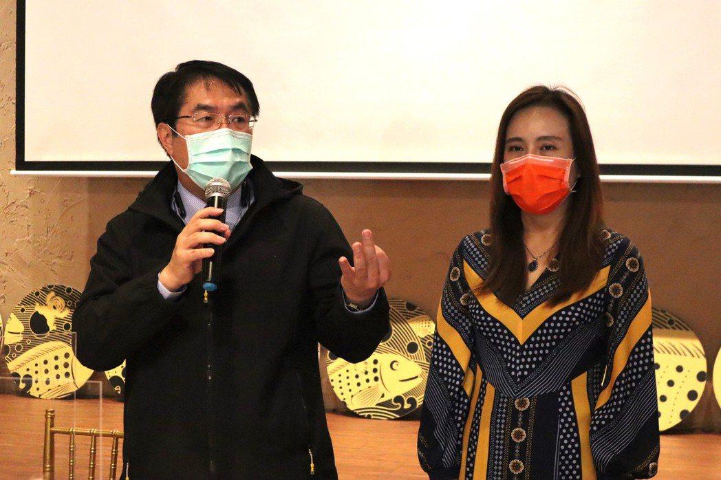 台南市觀光旅遊局舉辦「109年度觀光成果發表記者會」,市長黃偉哲(左)特地到場勉...