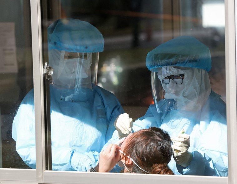 衛福部桃園醫院新冠肺炎群聚案延燒,院方一早為醫護人員進行篩檢。記者潘俊宏/攝影