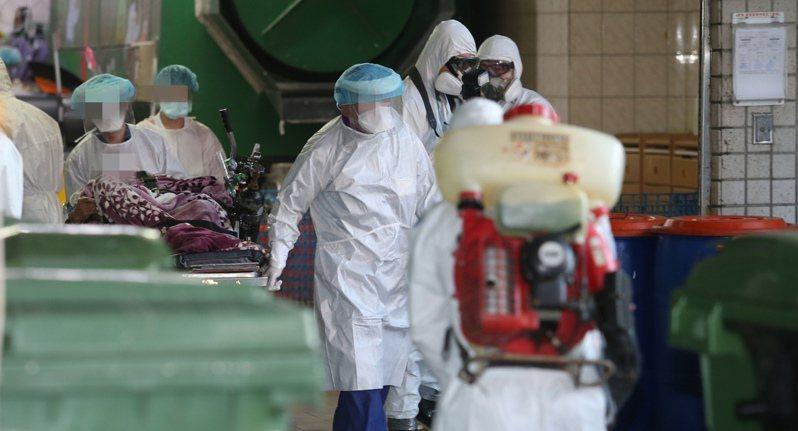 部桃群聚感染擴大,指揮中心昨啟動清空計畫,預計移出兩百多名住院患者。記者邱德祥/攝影