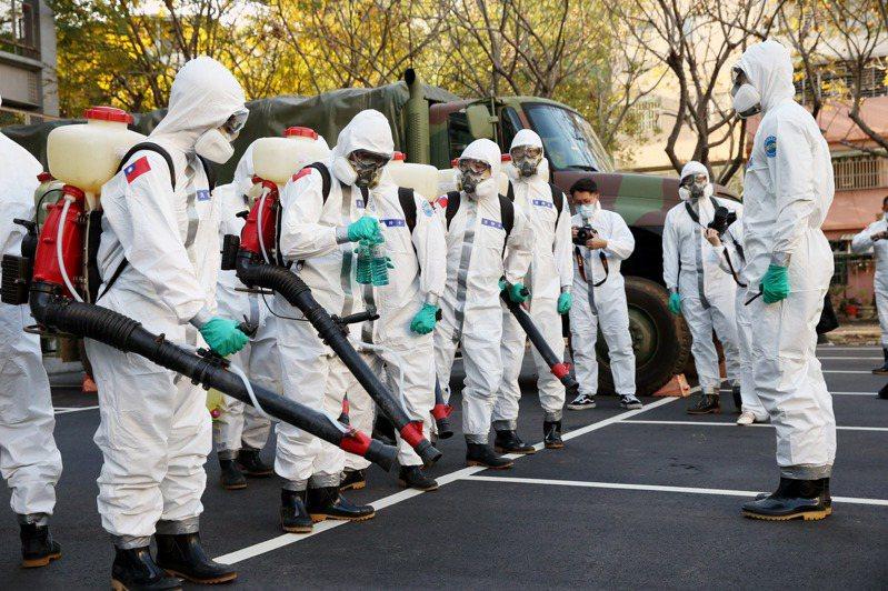 陸軍六軍團化學兵昨天執行部桃消毒任務,針對轉院病患及家屬全面消毒。記者邱德祥/攝影