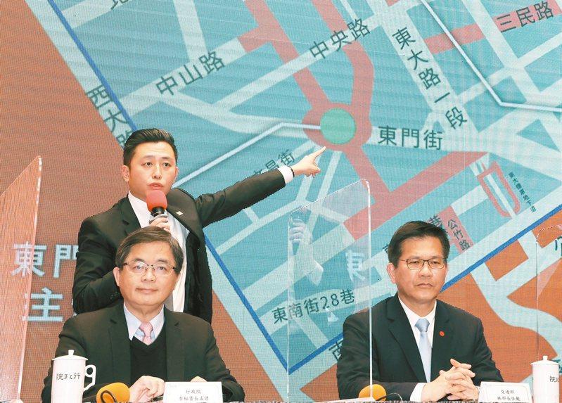 行政院秘書長李孟諺(左起)、新竹市長林智堅、交通部長林佳龍昨宣布今年台灣燈會停辦。圖為林智堅解說燈會規畫,林佳龍臉色沉重。記者蘇健忠/攝影