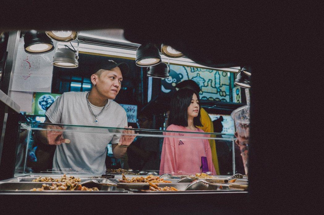 王思涵(右)和台灣饒舌歌手蛋頭合拍MV。圖/大茶飯娛樂提供