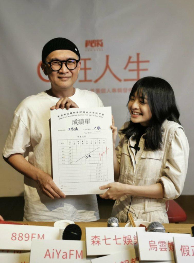 素有「大馬李宗盛」之稱的阿管老師(左)簽下王思涵。圖/大茶飯娛樂提供