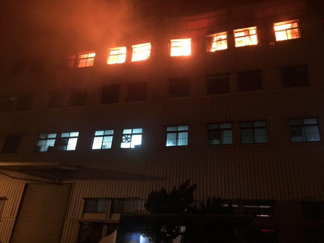 台南仁德保安工業區塑膠工廠起火,600坪4樓廠房一片火海。記者周宗禎/翻攝