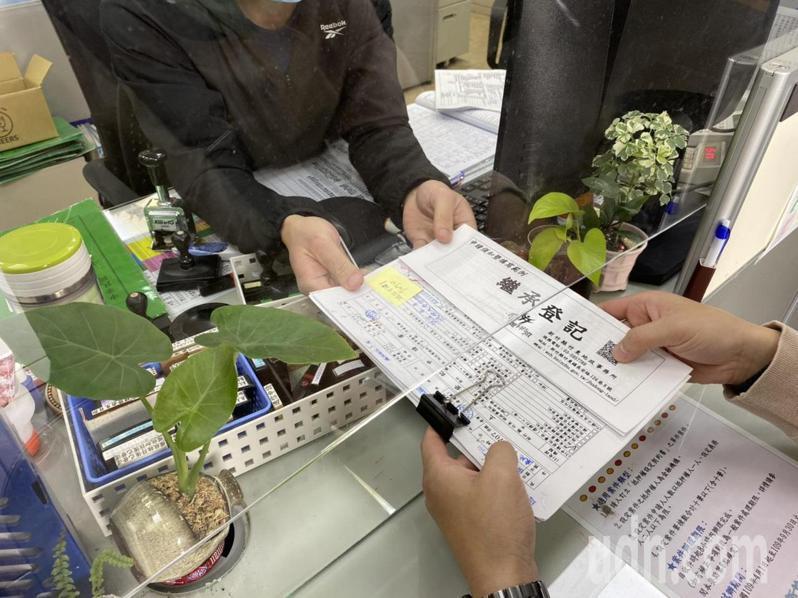 新竹縣政府地政處統計,截至1月17日止,縣內由地政機關列冊管理的土地,逾期未辦繼承登記已達2萬333筆,面積逾909公頃。記者陳斯穎/攝影