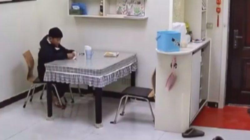 男童習慣一回家就對著監視器鏡頭和媽媽說話。翻攝/看看新聞