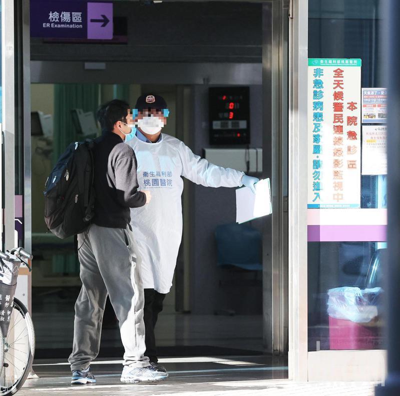 衛福部立桃園醫院發生群聚感染,今天持續進行清空計畫,一早醫護人員就在門口對進出人員採檢防疫,不少病患家屬對進出動線也都配合。記者潘俊宏/攝影