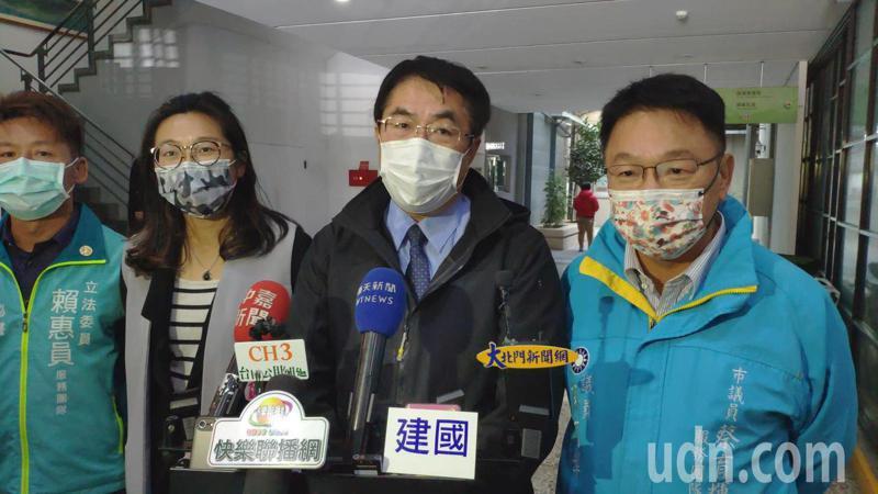 台南市長黃偉哲(右二)上午回應鹽水蜂炮及月津港燈節,都先取消,後續發展再視疫情發展而定。記者謝進盛/攝影