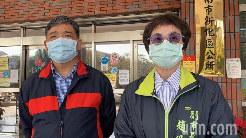 台南市副市長趙卿惠(右)近中午來到新化區公所,他表示新化年貨大街目前是照常舉辦。記者吳淑玲/攝影