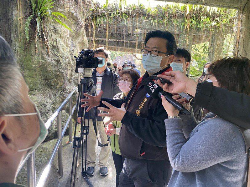 台北市議員吳世正上午與台灣動物社會研究會人員前往台北市立動物園會勘。記者楊正海/攝影