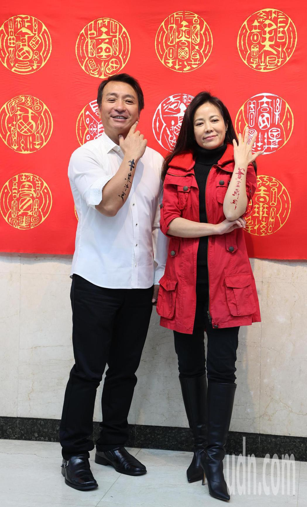 藝人王中平(左)、陳仙梅(右)上午為新戲「黃金歲月」揮毫。記者陳正興/攝影