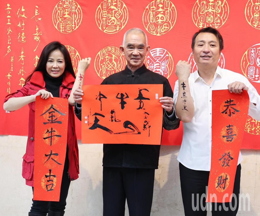 藝人王中平(右)、陳仙梅(左)上午為新戲「黃金歲月」揮毫。記者陳正興/攝影
