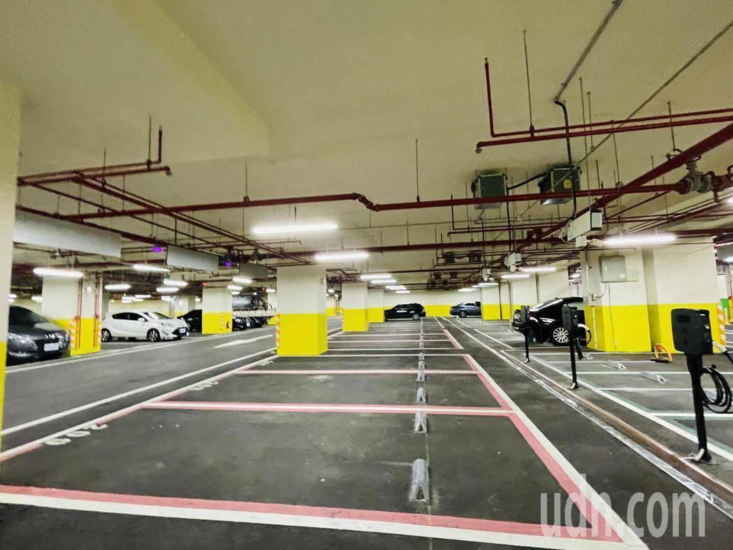 萬華車站地下停車場設置297格汽車停車位及50格平面機車停車格,即日起試營運免費...