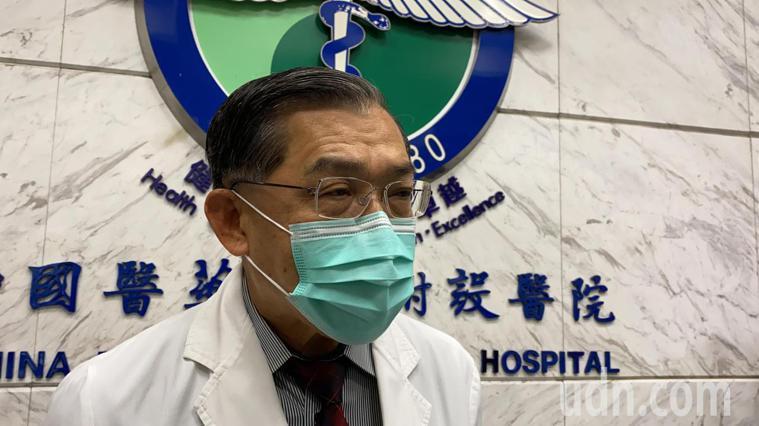 醫師黃高彬呼籲國家針對防疫專責醫院在人力與設備能幫忙,達到「分區照護」等級。記者...