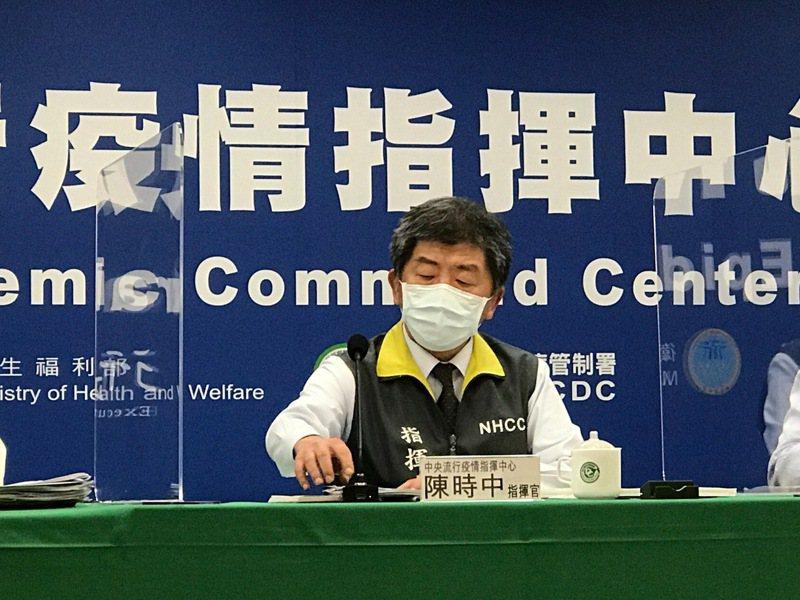 中央流行疫情指揮中心指揮官陳時中今日宣布,因應國內醫院發生疫情,即日起強化醫療院所門禁管制措施,每日訪客可探視時段減少為1個時段,以1名為原則。記者黃惠群/攝影