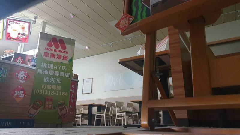 摩斯漢堡桃捷A7店昨天緊急拉下鐵門暫停營業。記者鄭國樑/攝影