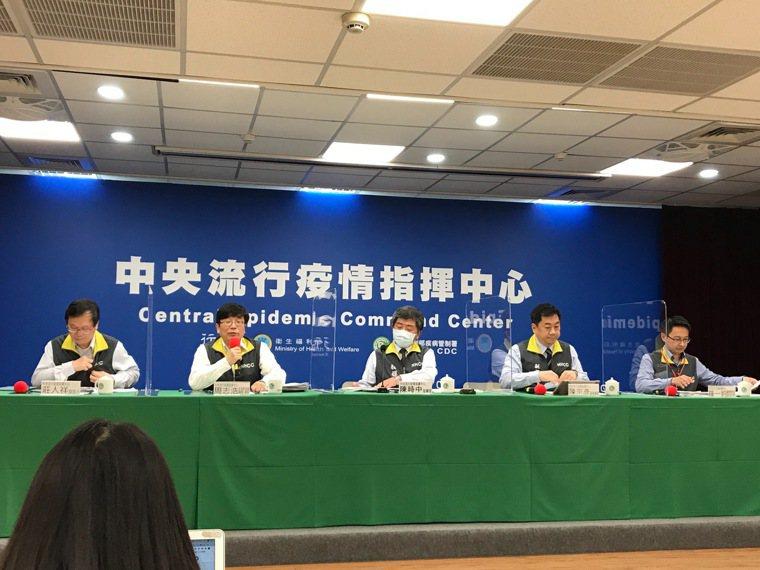 中央流行疫情指揮中心發言人莊人祥(由左至右)、 疫情監測組組長周志浩、指揮官陳時...
