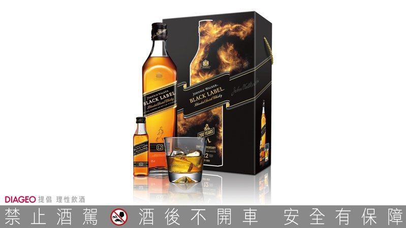 JOHNNIE WALKER黑牌12年蘇格蘭威士忌禮盒(內含一只經典醴讚杯,以及一只50ml迷你酒),酒精濃度40%,容量700毫升,建議售價820元。圖/帝亞吉歐提供。提醒您:禁止酒駕 飲酒過量有礙健康。