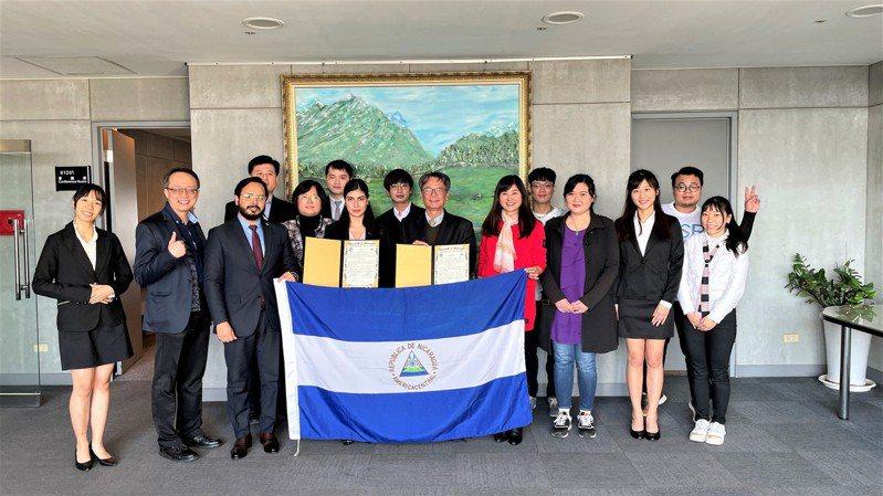 2021年元智大學首度與邦交國尼加拉瓜駐台大使館合作,校長吳志揚簽署合作備忘錄,為台灣多元文化理解和發揚國際教育而努力。圖/元智大學提供