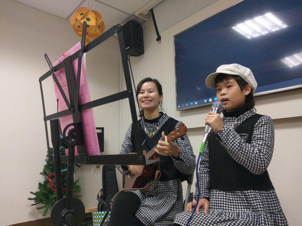 從大陸廣東嫁來台灣的林紫青,與女兒戎妹一彈一唱,征戰大小表演,合作無間,希望用兩...