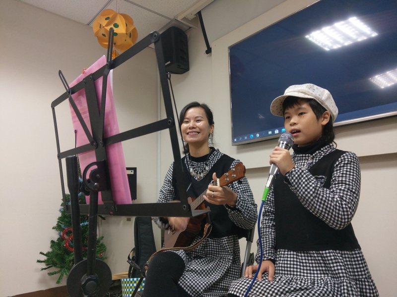從大陸廣東嫁來台灣的林紫青,與女兒戎妹一彈一唱,征戰大小表演,合作無間,希望用兩人故事,鼓勵其他新住民。記者張議晨/攝影