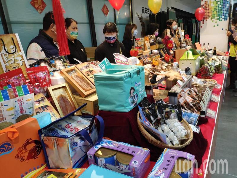 現場展示各項琳瑯滿目農特產品。記者謝進盛/攝影