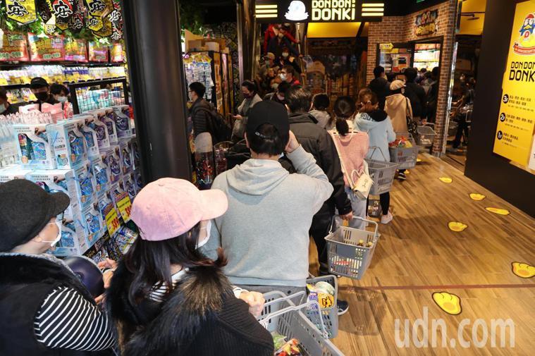 唐吉訶德24小時營業,不少民眾爭相前往購物。聯合報系資料照
