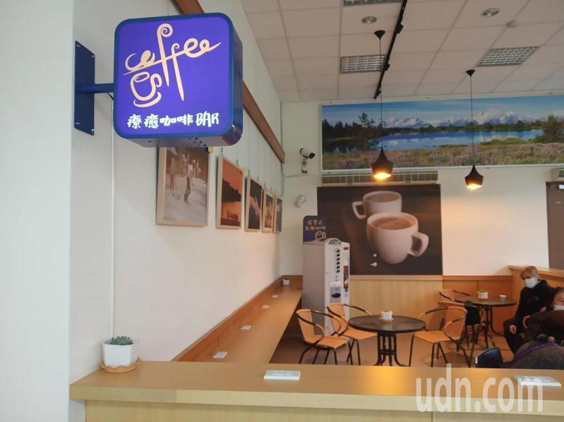 負責設計的林家再表示,療癒咖啡BAR的目的是要打破殯管所冰冷的形象。圖/嘉市府提供