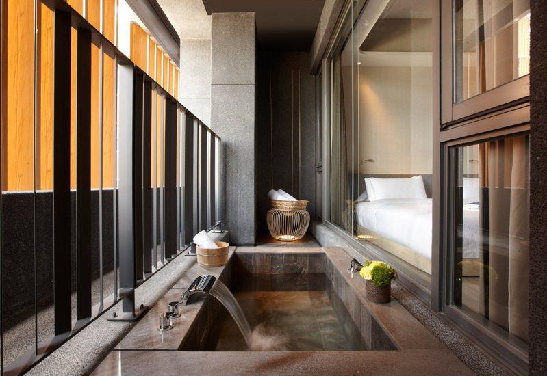 晶泉丰旅的每間客房都擁有超大獨立景觀湯池。圖/晶華酒店集團提供