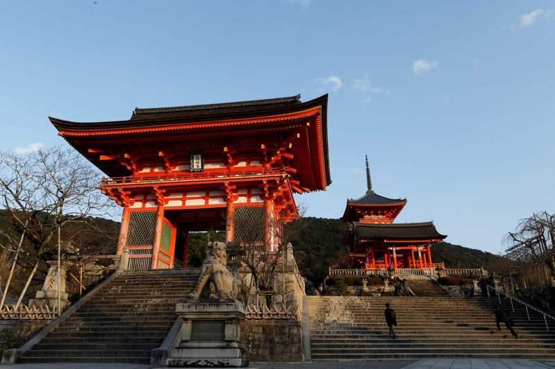 新冠疫情重創日本觀光,去年訪日外國遊客數不到500萬人次,圖為京都知名景點清水寺。法新社