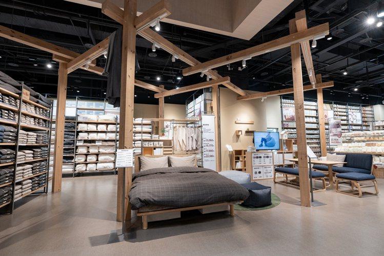 MUJI無印良品新店門市開幕,裝潢使用大型木質樑柱,營造出視覺空間感。圖/MUJ...
