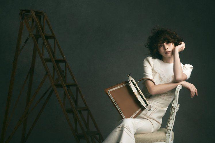 米倉涼子成為FENDI創立56年來的首位日本品牌大使,身穿2021春夏系列拍攝形...
