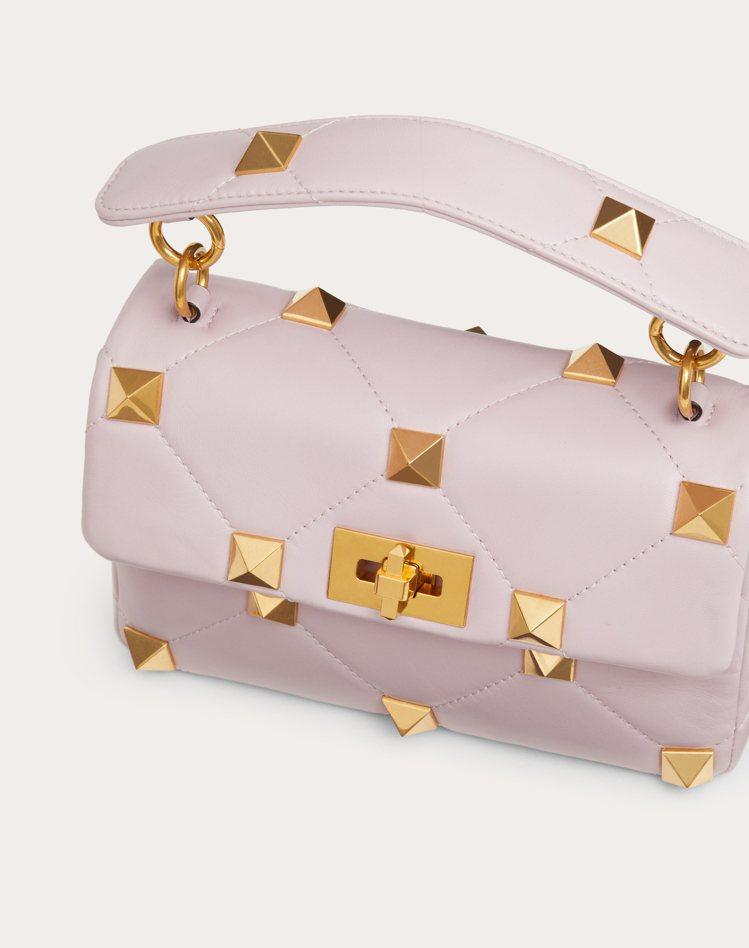 Roman Stud粉紫色小羊皮鉚釘鍊帶包,95,000元。圖/Valentin...