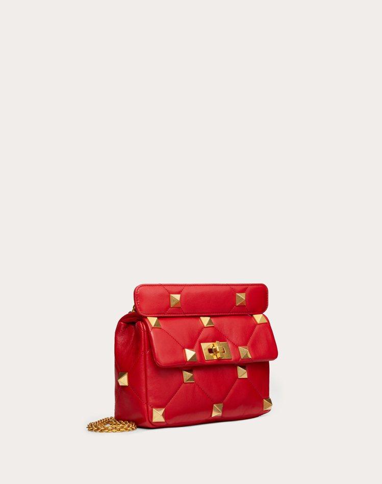 Roman Stud紅色小羊皮鉚釘鍊帶包,95,000元。圖/Valentino...