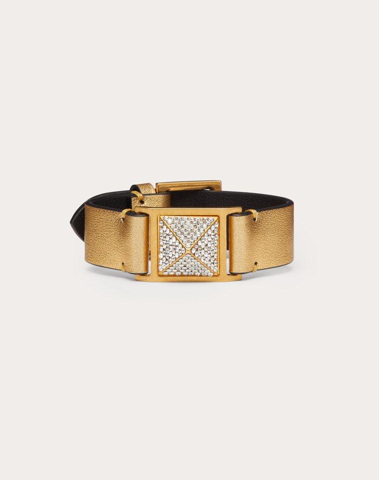 Roman Stud金色皮革手環,13,200元。圖/Valentino提供