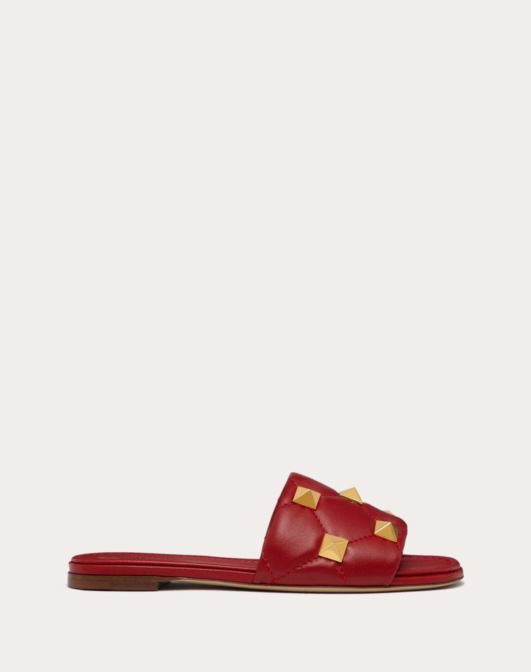Roman Stud紅色小羊皮鉚釘拖鞋,29,200元。圖/Valentino提...