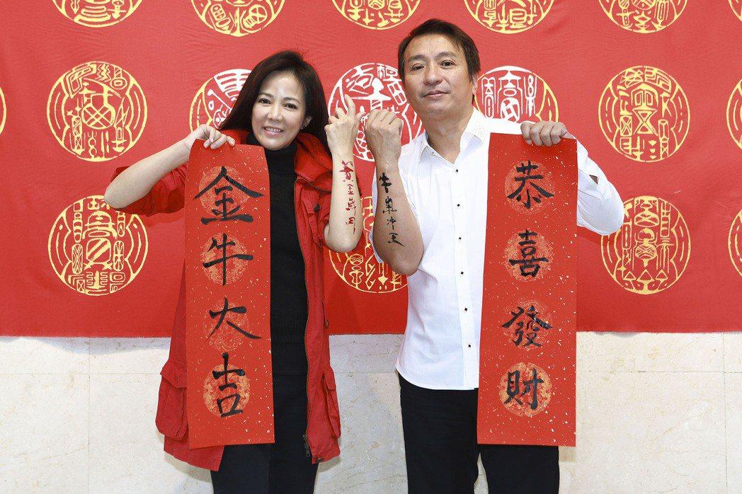 王中平(右)、陳仙梅為新戲「黃金歲月」宣傳,農曆春節前應景揮毫。圖/民視提供