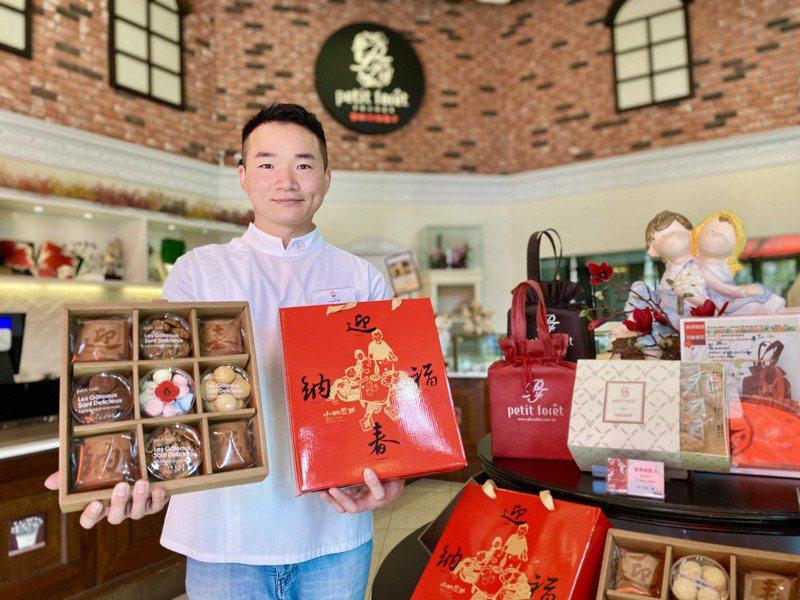 小林煎餅第三代經營者李俞慶,展示導入文創煎餅的「文創年節禮盒」。記者宋健生/攝影