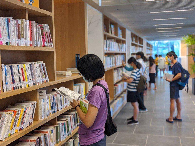 近年不少書籍一遭家長或民代檢舉,圖書館方就下架。出版業者、學者建議未來書籍下架與否交公信單位決定,圖為示意圖,人物與新聞無關。圖/聯合報系資料照片