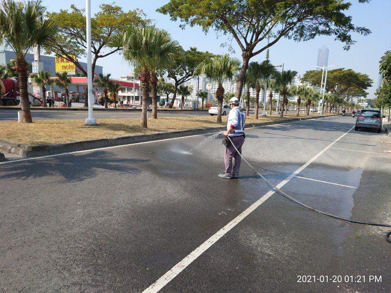 工作人員進行街道灑水,減輕揚塵。圖/高雄市環保局提供