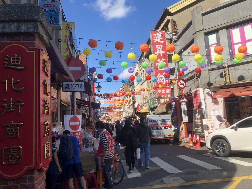 商圈內已掛滿燈籠、貼上春聯迎新年。記者鍾維軒/攝影