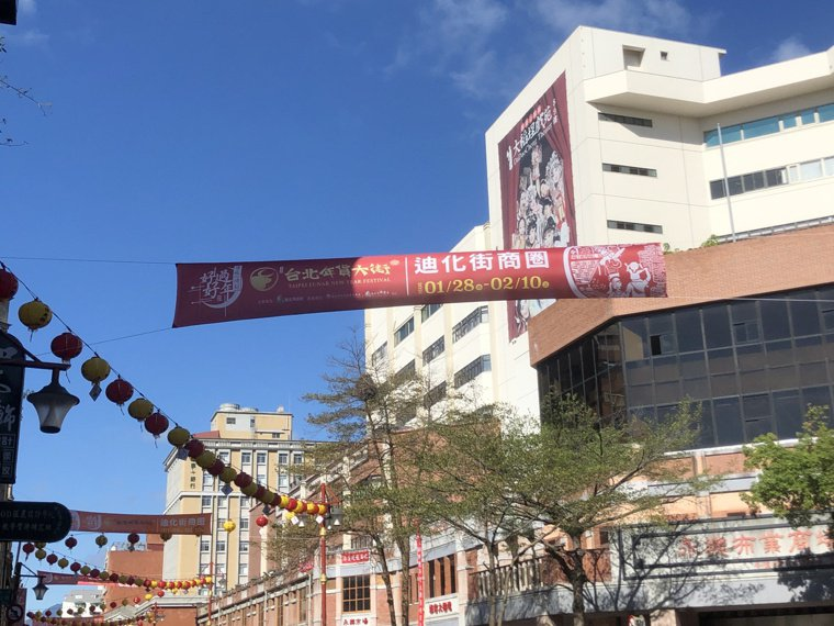 雖然台北年貨大街實體活動取消,但宣傳布條仍掛滿整條迪化街。記者鍾維軒/攝影