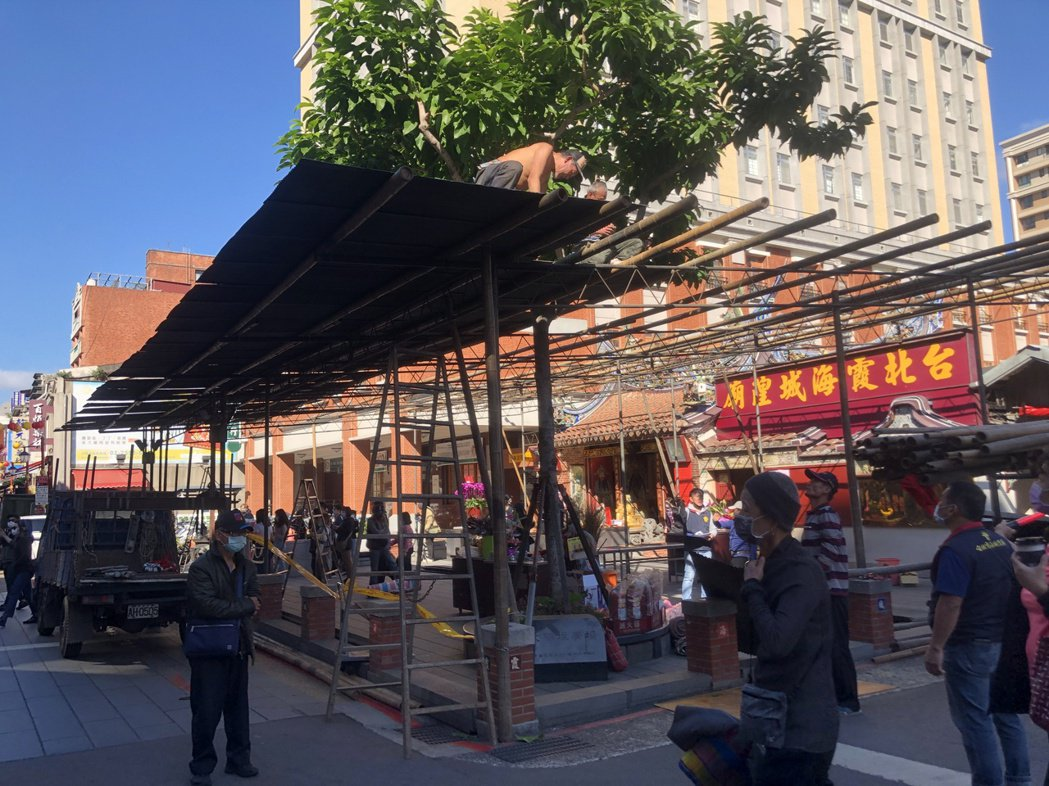 雖然是平日,但霞海城隍廟前仍有不少來參拜或觀光的民眾。記者鍾維軒/攝影
