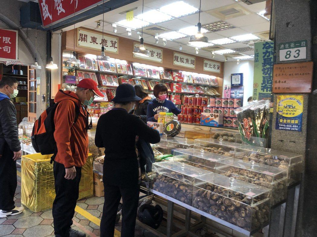 雖然取消台北年貨大街實體活動,但仍有不少顧客上前採買年貨。記者鍾維軒/攝影