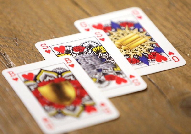 梅琳克在父親的鼓勵下設計出「特製」撲克牌,用金、銀和銅,來替代傳統的國王、王后和騎士。路透